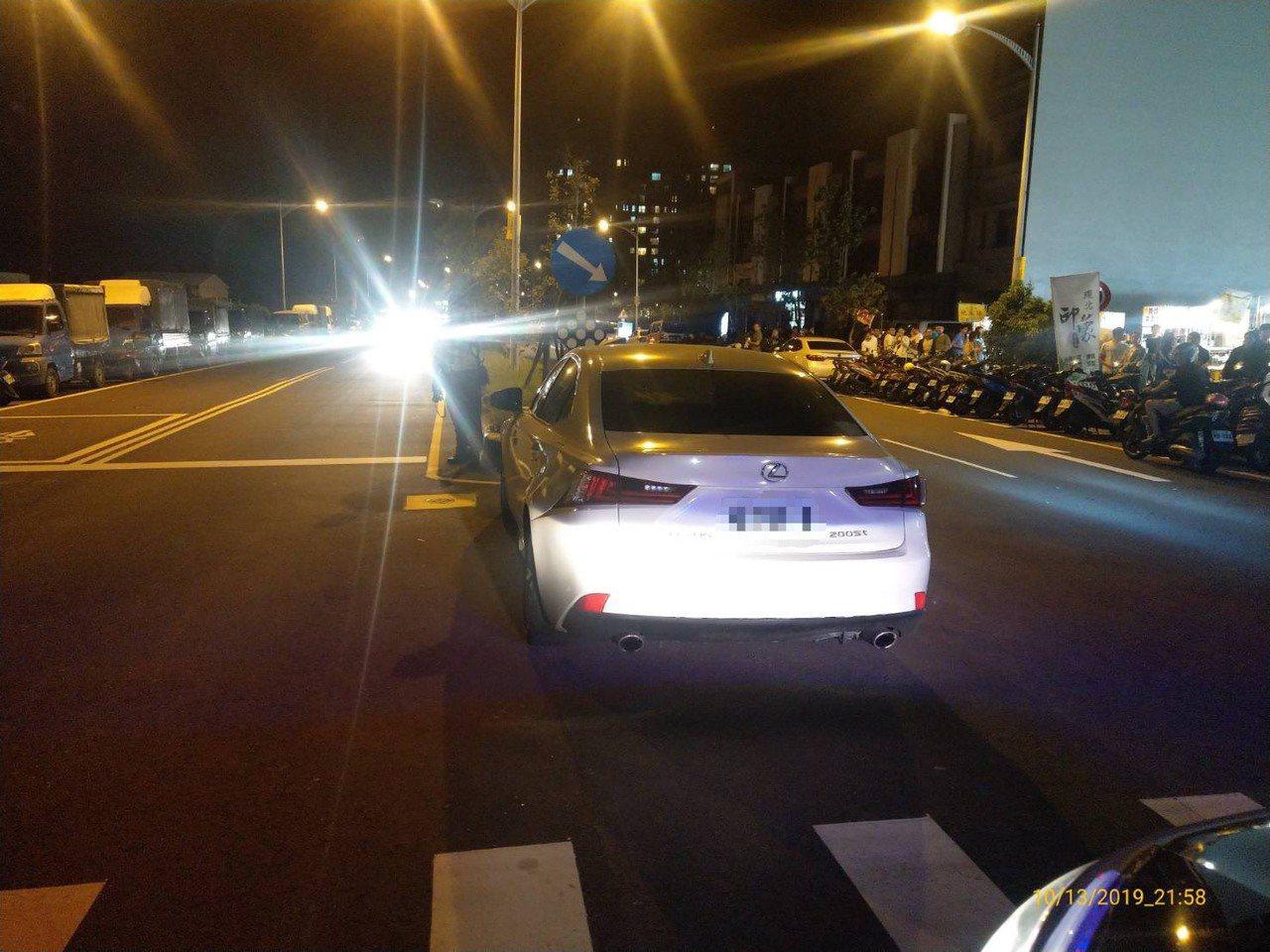 一輛白色自小客違停於竹北環北路五段的中央分隔島前。圖/竹北分局提供