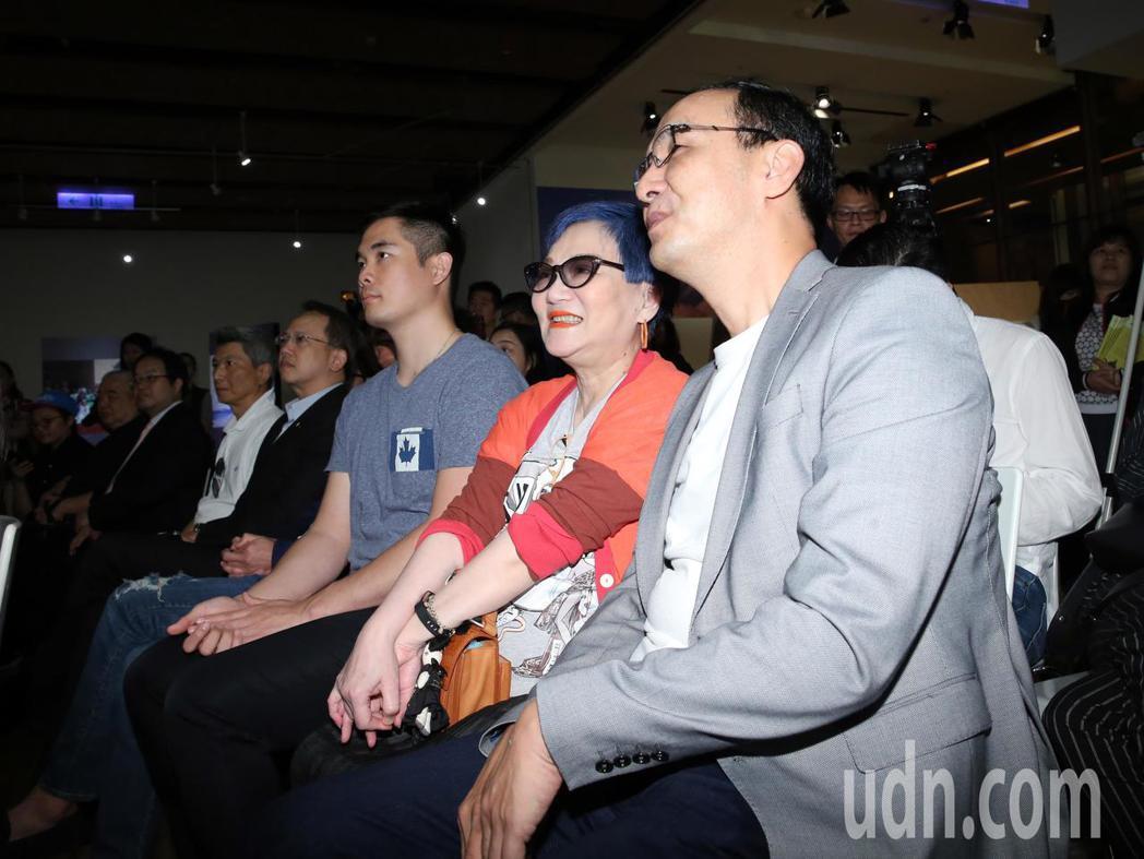 綜藝教母張小燕(右二)下午出席攝影展,與前新北市長朱立倫(右)熱情打招呼。記者許...