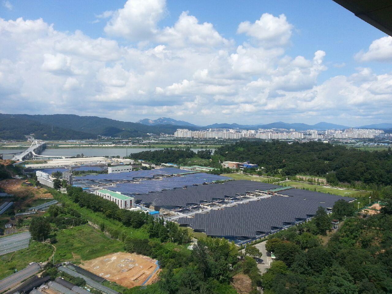 能源與和平基金會在Amsa濾水廠屋頂蓋了7,692個太陽能板。圖/能源與和平基金...