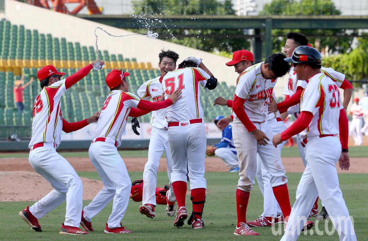 中國隊10局下在突破僵局制利用南韓隊失誤跑回再見分,球員衝進場內慶祝。記者余承翰...