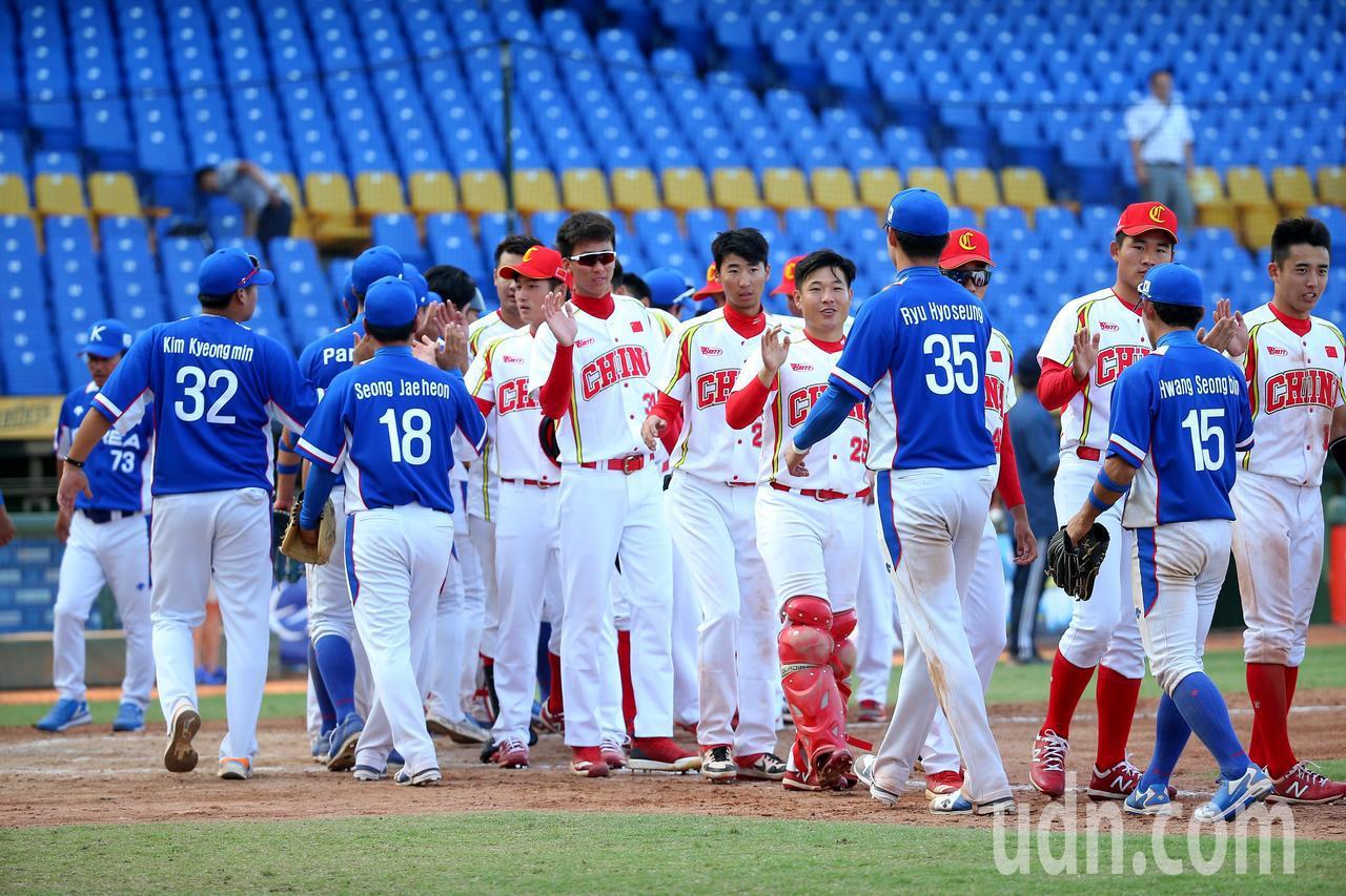 中國隊10局下在突破僵局制利用南韓隊失誤跑回再見分。記者余承翰/攝影