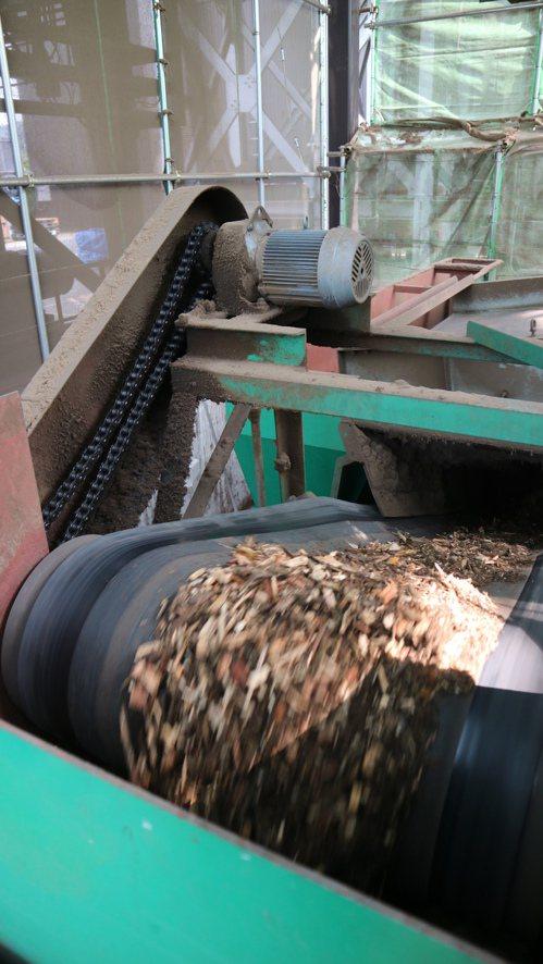 生質能發電將過去無法實用的廢材削成木屑後燃燒發電。記者蔡佩芳/攝影