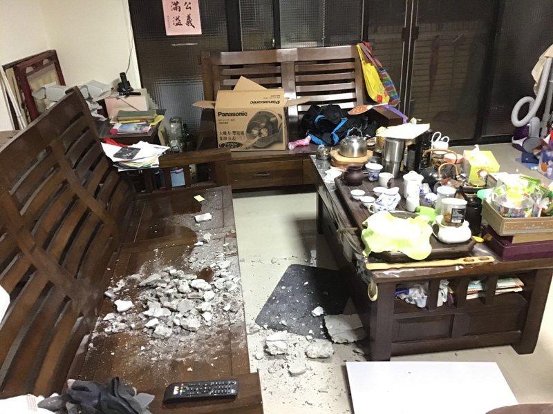 社會局前局長古梓龍住的海砂屋日前混泥塊剝落砸中客廳座椅。圖/桃園市議員黃家齊提供