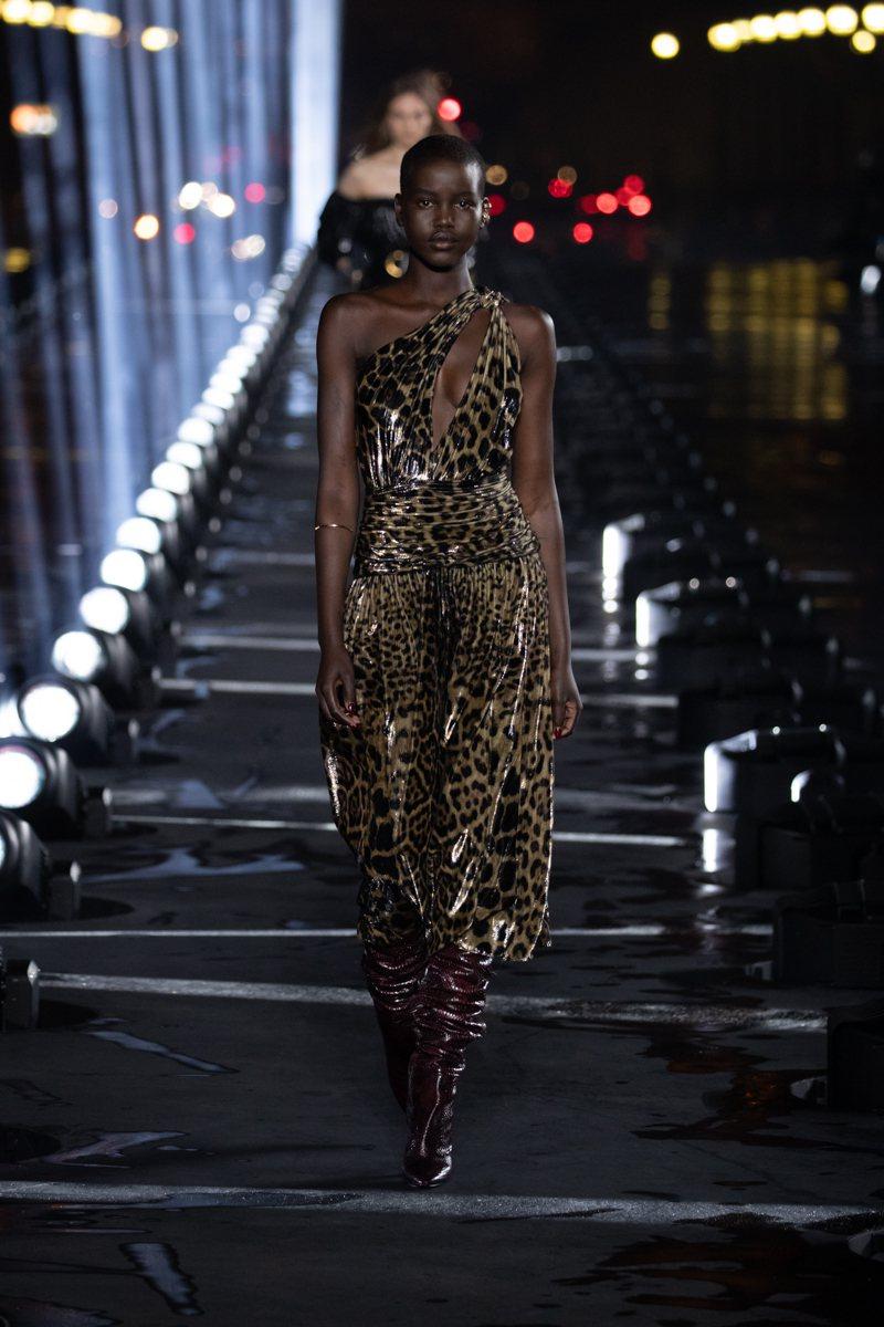 蕾哈娜身上的豹紋洋裝出自Saint Laurent 2020春夏系列。圖/Sai...
