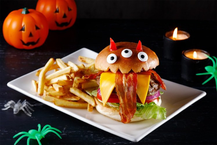 TGI FRIDAY推出萬聖節限定餐點,像是鬼怪感十足的怪怪三眼堡,就很有萬聖節...