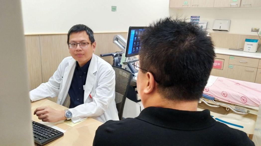 安南醫院神經外科醫師張哲肇(左)提醒腦動脈瘤病患,要定期做磁振造影檢查追蹤大小,...