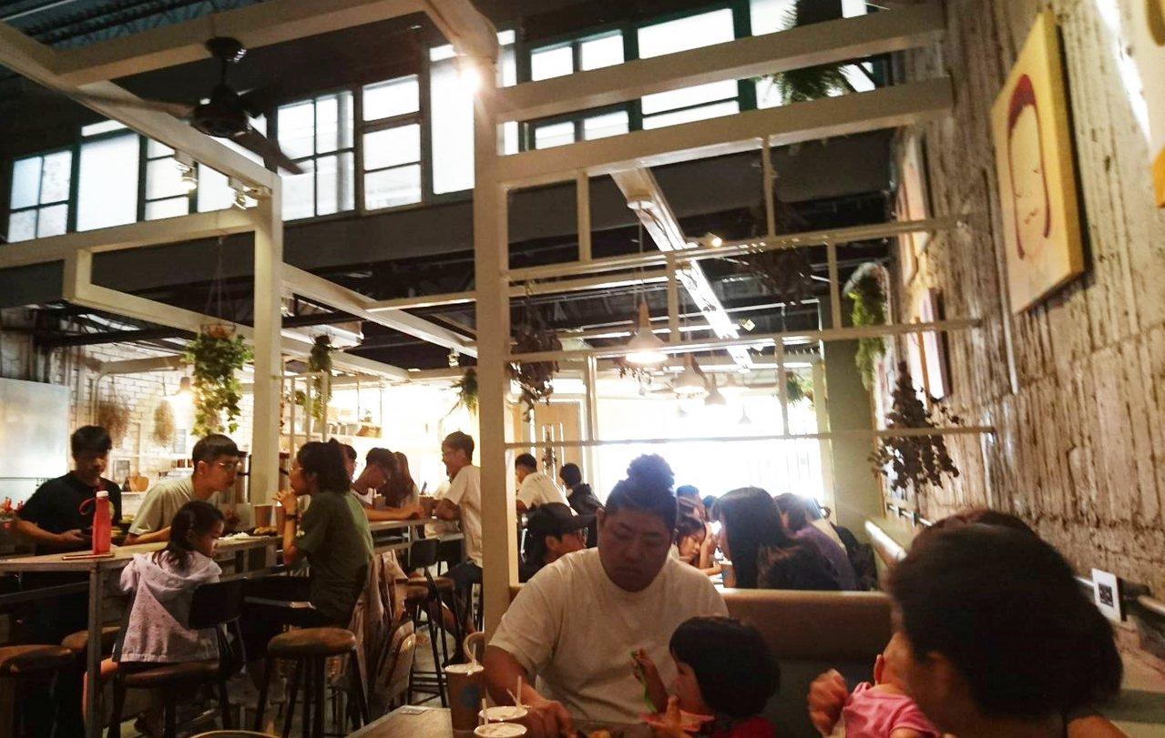 今年雙十節連假期間,台東市很多餐廳都擠滿消費者。記者羅紹平/攝影