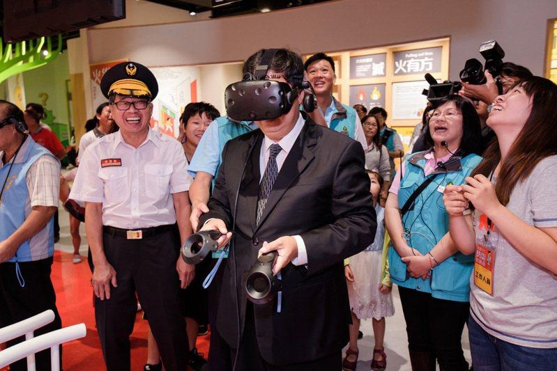 桃園防災教育館有VR、AR科技結合防災遊戲體驗,最受民眾、小朋友喜愛,市長鄭文燦(中)成抽空體驗感受防災的重要。圖/桃園市消防局提供