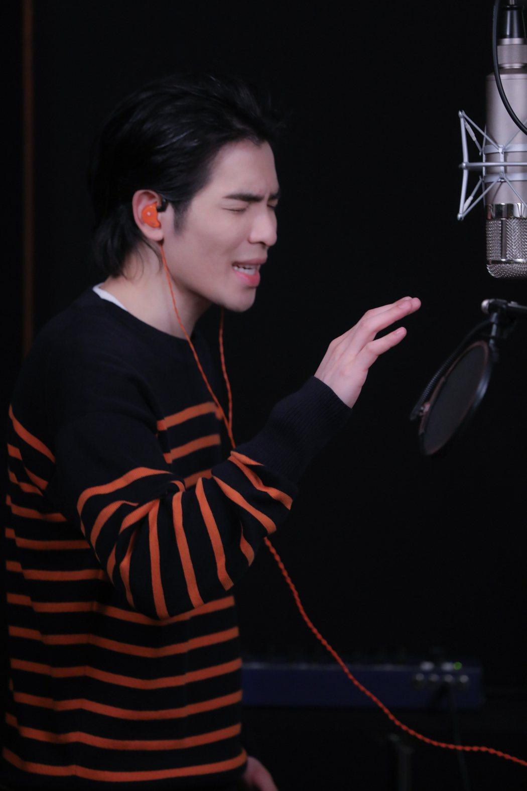 蕭敬騰演唱楊麗花歌仔戲「忠孝節義」第二單元主題曲「孝感動天」。圖/麗生百合提供