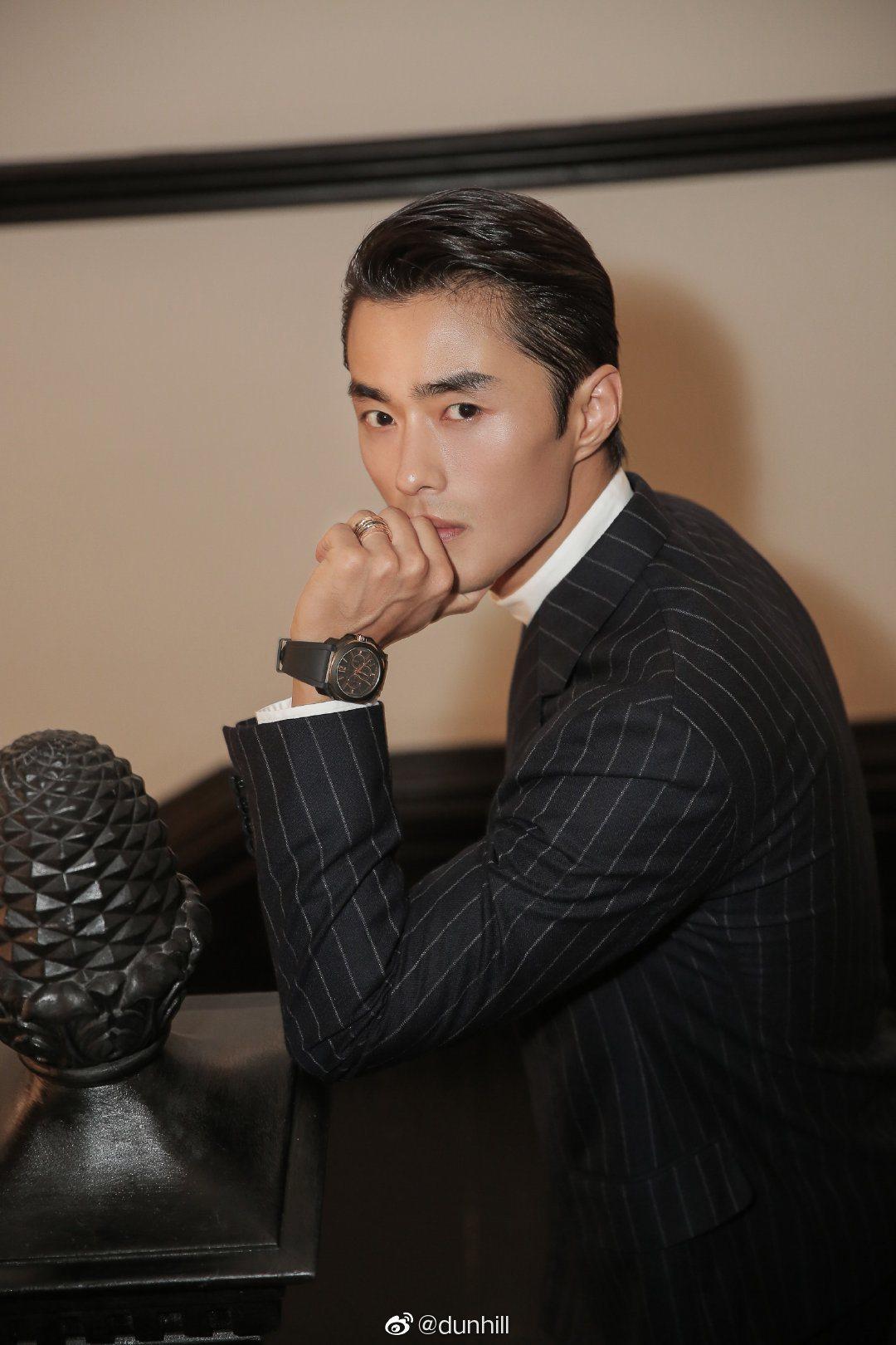 中國超模趙磊身穿dunhill秋冬系列條紋雙排扣西裝出席時尚活動。圖/摘自微博