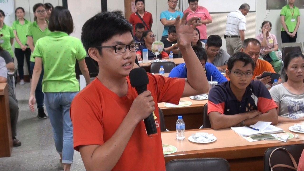 全場最年輕的青農也為實習小農發聲,請求提高農作基本薪資。記者蔡維斌/攝影