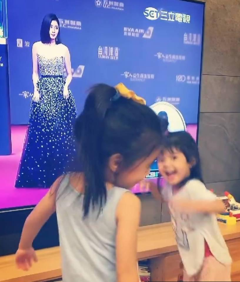 咘咘、Bo妞見到媽媽出現在螢幕上相當興奮。圖/截圖自IG