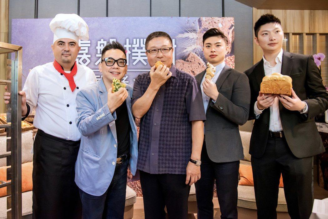 嘉磐建設在台中市南區最新推出的「嘉磐樸樹」,標榜導入七期豪宅標準,社區並首創麵包...