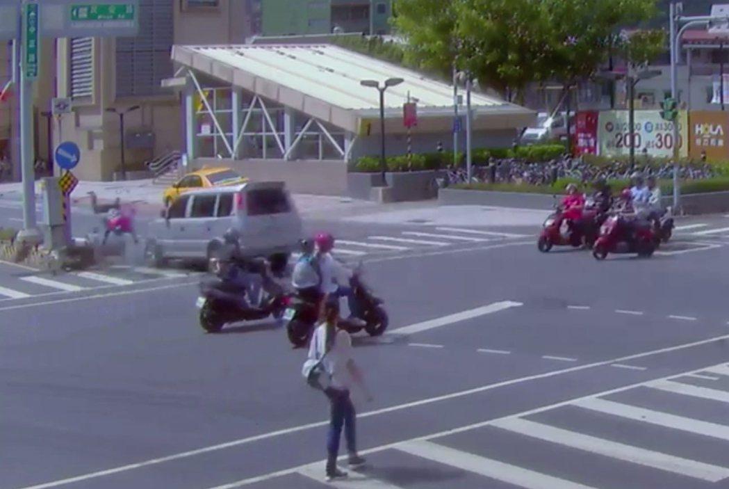 其他機車可能有看見闖紅燈的汽車因而減速,唯獨熊貓外送員往前衝出,結果被撞飛凌空重...