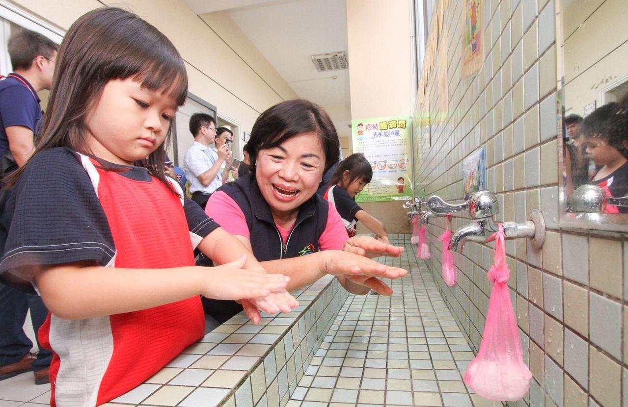 台中市副市長楊瓊瓔(右)日前教導學童「濕、搓、沖、捧、擦」正確洗手5步驟,呼籲家...