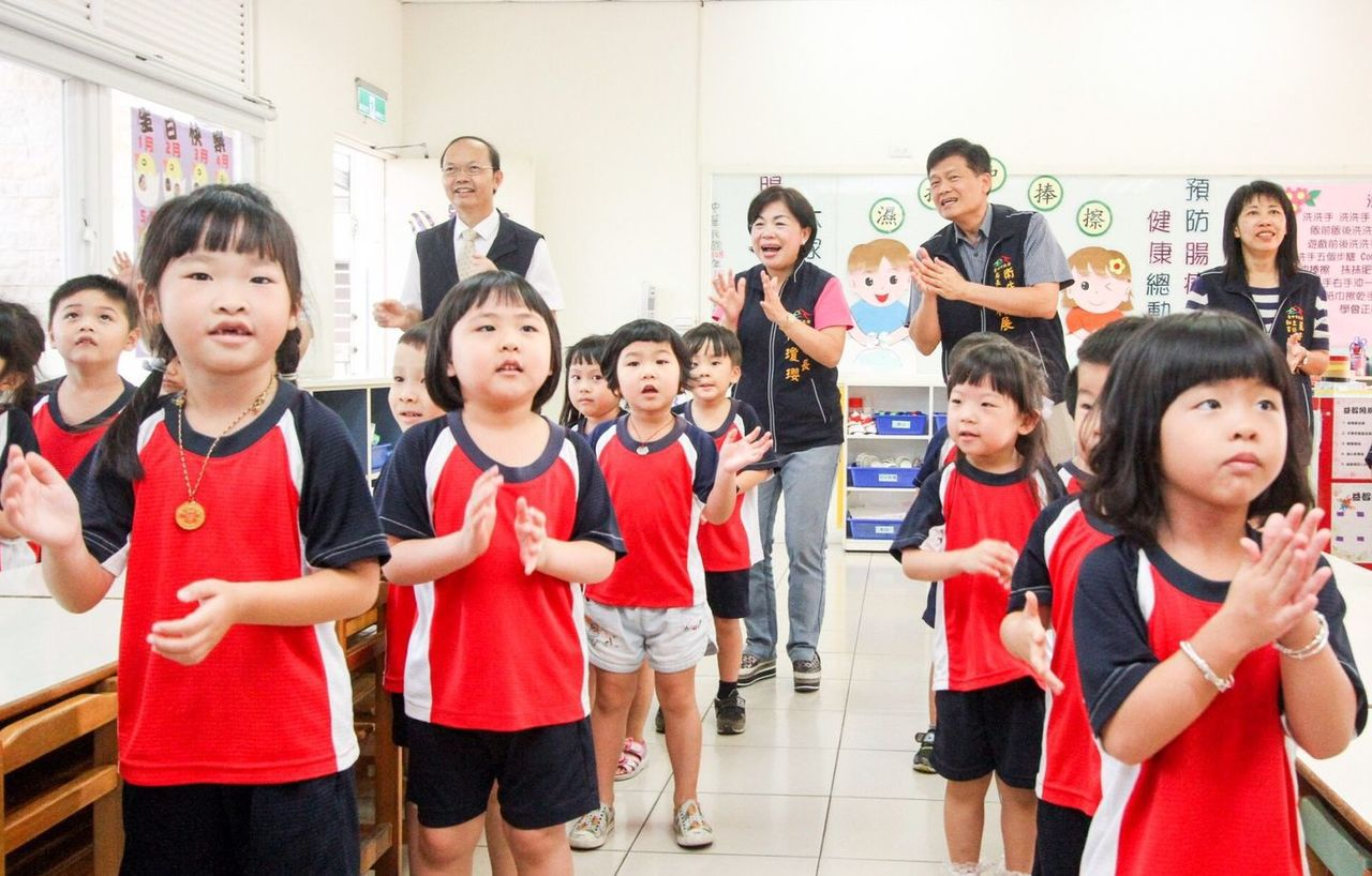 台中市副市長楊瓊瓔等人日前與學童跳洗手舞,並教導學童「濕、搓、沖、捧、擦」正確洗...