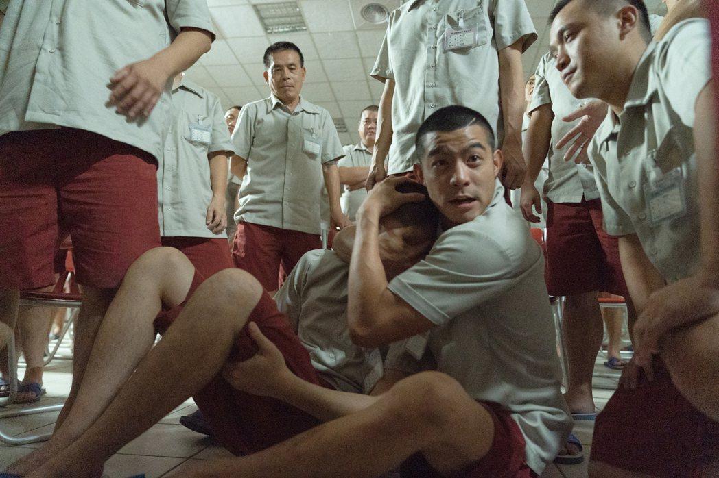 王柏傑劇中入獄,不忘保護兄弟。圖/Netflix提供