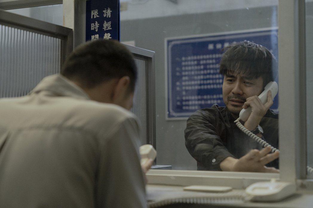 章立衡探望入獄的兄弟,難過到痛哭失聲。圖/Netflix提供