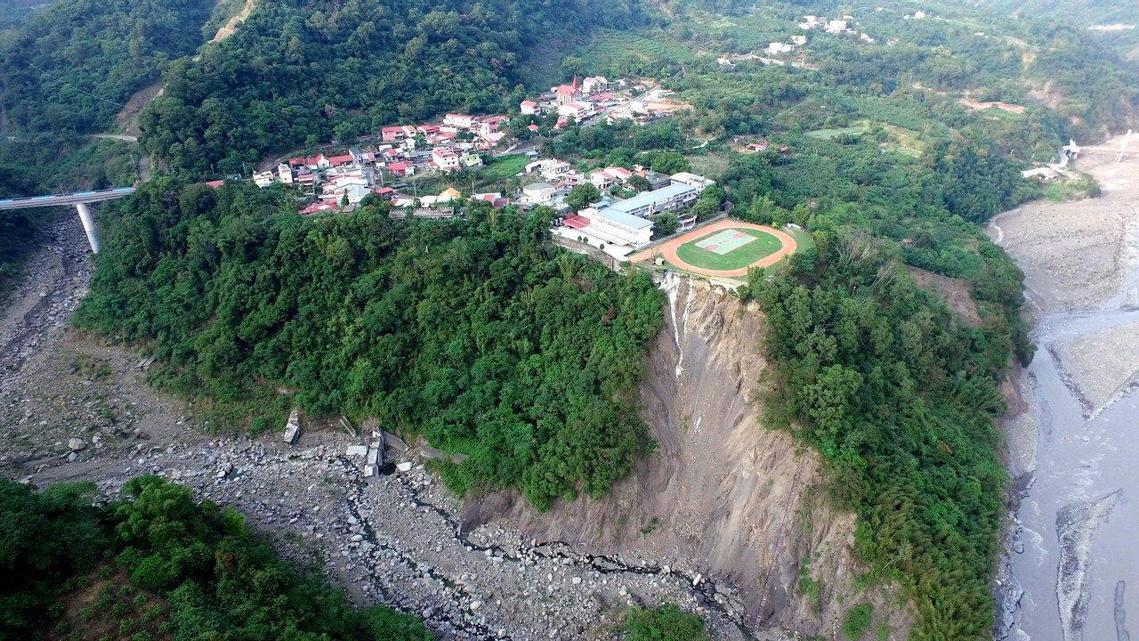 2年前導演陳惠武透過空拍機拍攝的照片,興中國小緊鄰64公尺深谷,猶如「崩崖上的小...