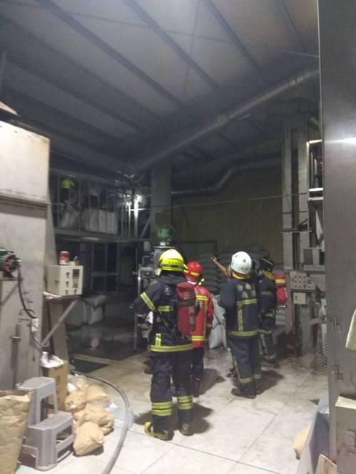 台南市安南區一家花工加工廠煙囪起火,消防人員進入工廠內滅火,火勢在10多分鐘後控...