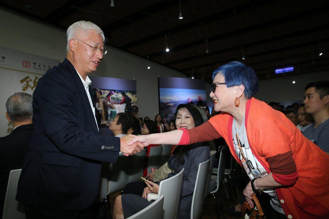 綜藝教母張小燕(右)出席攝影展,與作者鄧予立(左)握手致意。記者許正宏/攝影
