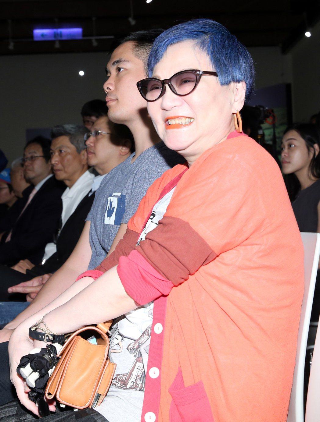 綜藝教母張小燕(圖)出席「錦繡山河,少數民族風情」攝影展,她被媒體記者包圍,不願