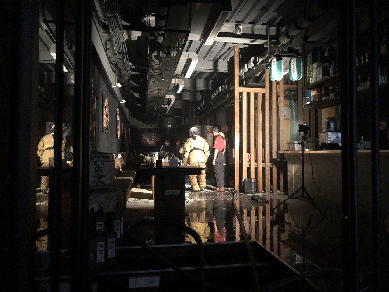 高雄三民區澄清路上某知名燒肉店今晚傳火警,疑因排油煙機出現火苗燃燒,濃煙大量竄出...