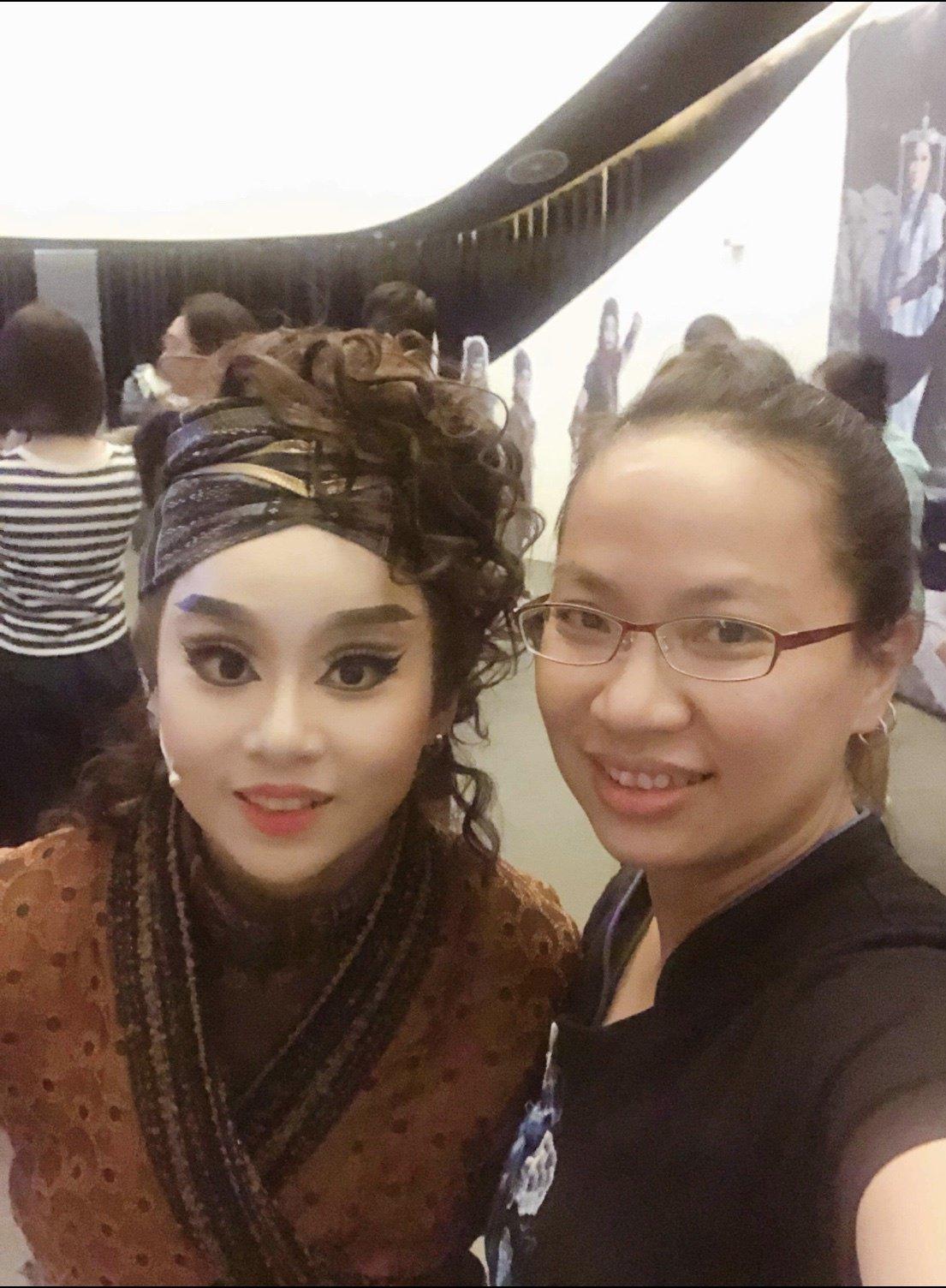 江陳咏蓁(右)的女兒江怡璇(左) 是新和興總團新一代小生,目前還是南華大學民族音...