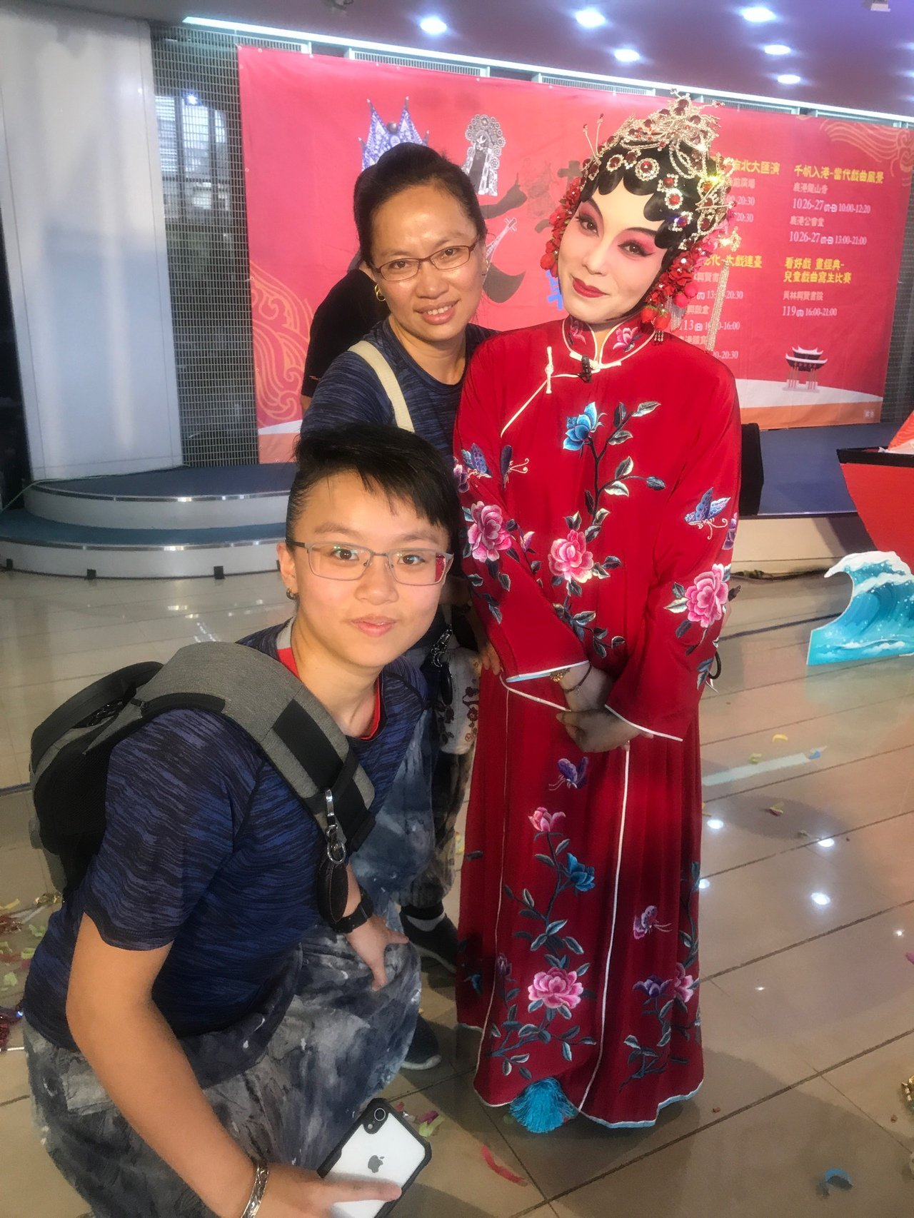江陳咏蓁(後左) 的女兒江怡璇(前) 目前還是南華大學民族音樂系學生,近年跨團多...