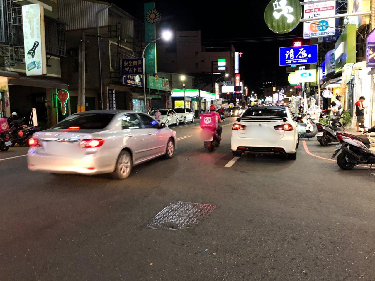 雲林縣斗六市近日常可看到美食外送員穿梭在車陣中。記者陳雅玲/攝影