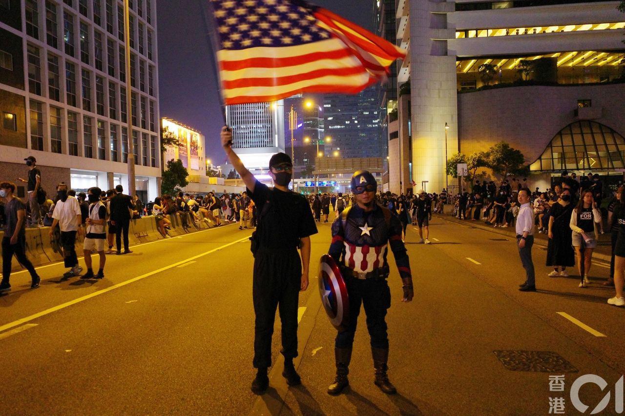 反送中示威者今日在中環發起「香港人權民主法案集氣大會」集會。圖/取自香港01