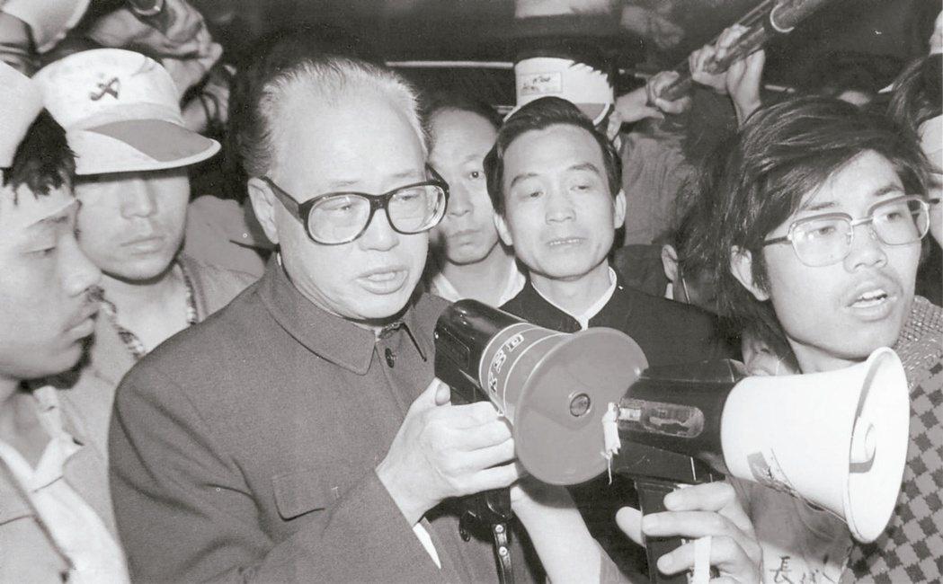 1989年5月19日,趙紫陽到天安門廣場看望絕食學生,並對學生喊話,這是趙最後的...