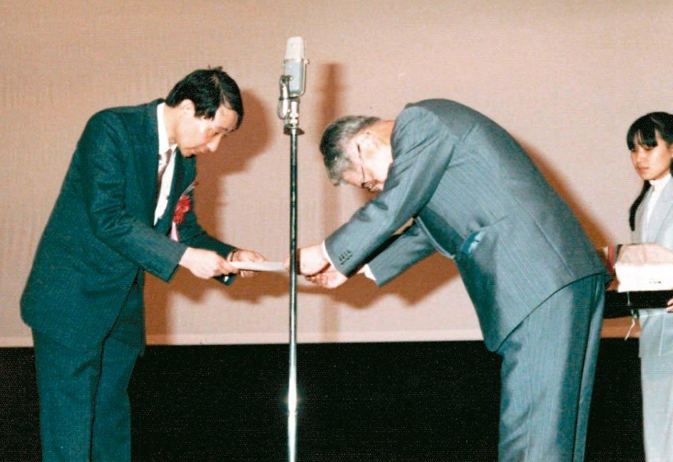 余幸司(左)1982年赴日本大阪演講,會後恩師久木田淳致贈感謝狀。 圖/余幸司提...