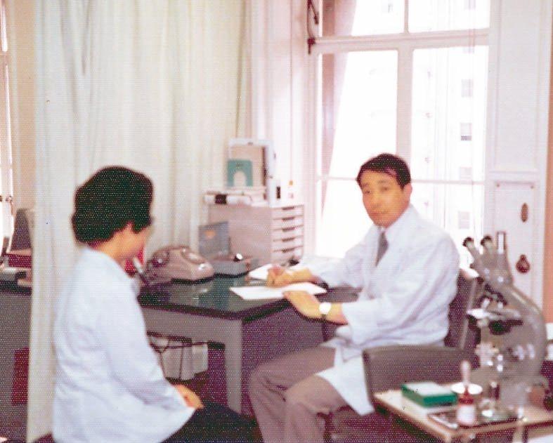 1979年余幸司(右)在東京大學醫學院攻讀博士期間,一邊看診、一邊做研究,深感「...