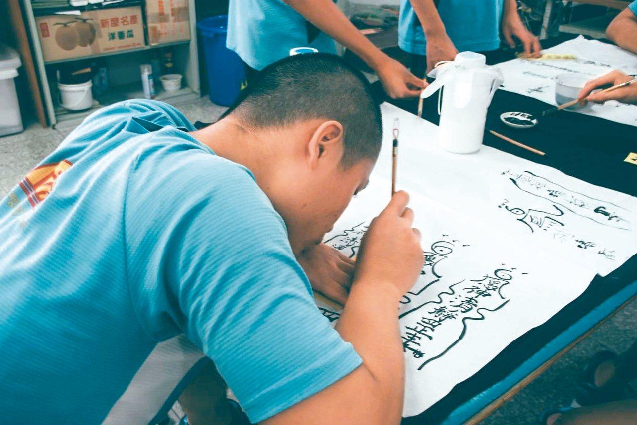 中華道教總會帶領學生感受書法樂趣。 圖/誠正中學提供