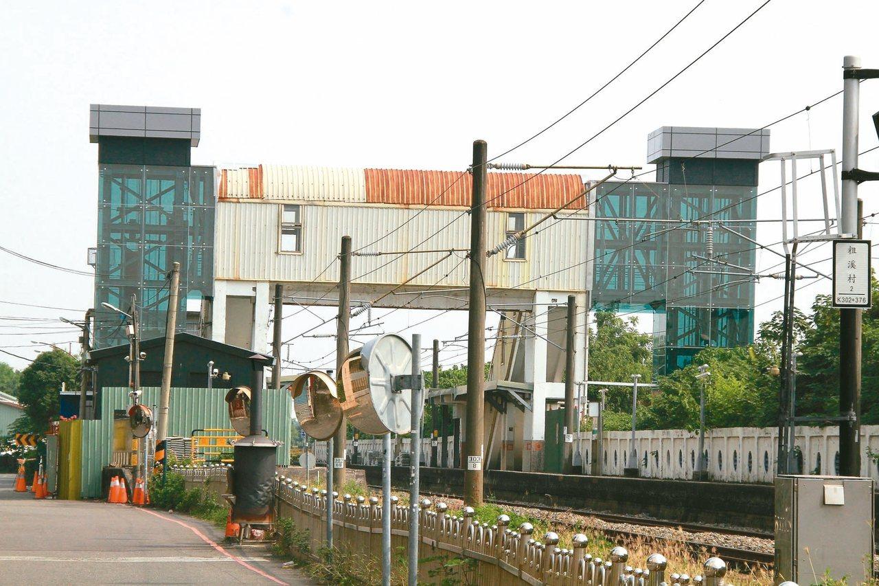 嘉義縣水上火車站電梯工程近期已完工,目前開始測試、申請電梯執照,預定11月啟用。...