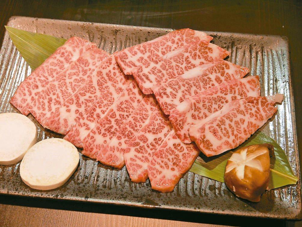 「食考房x美崎牛」餐廳老闆鍾明華說,母和牛的「老饕肉」入口即化。 記者吳淑君/攝...