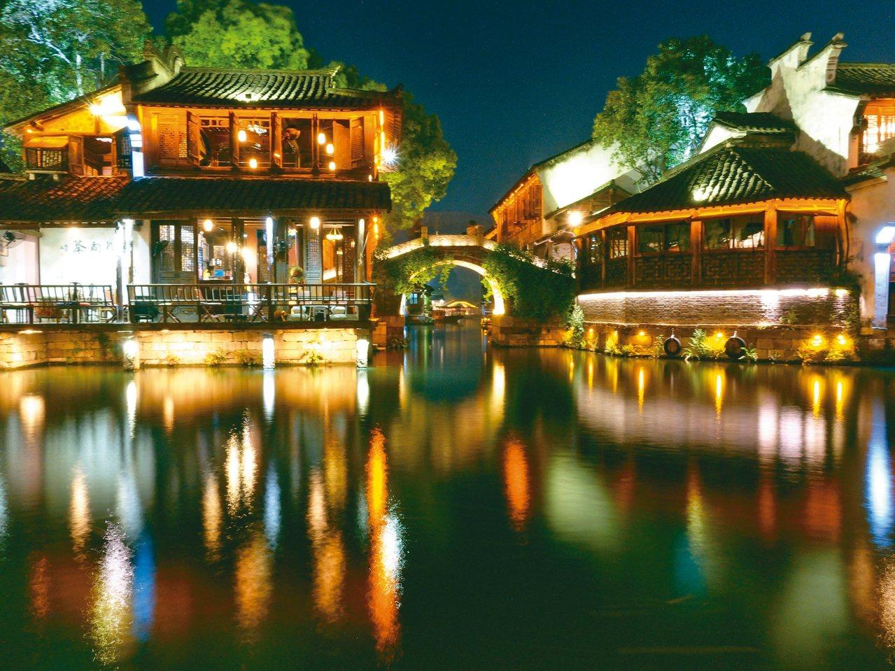 第六屆世界互聯網大會將在浙江省嘉興市烏鎮舉行。圖為烏鎮夜景。 (中新社)