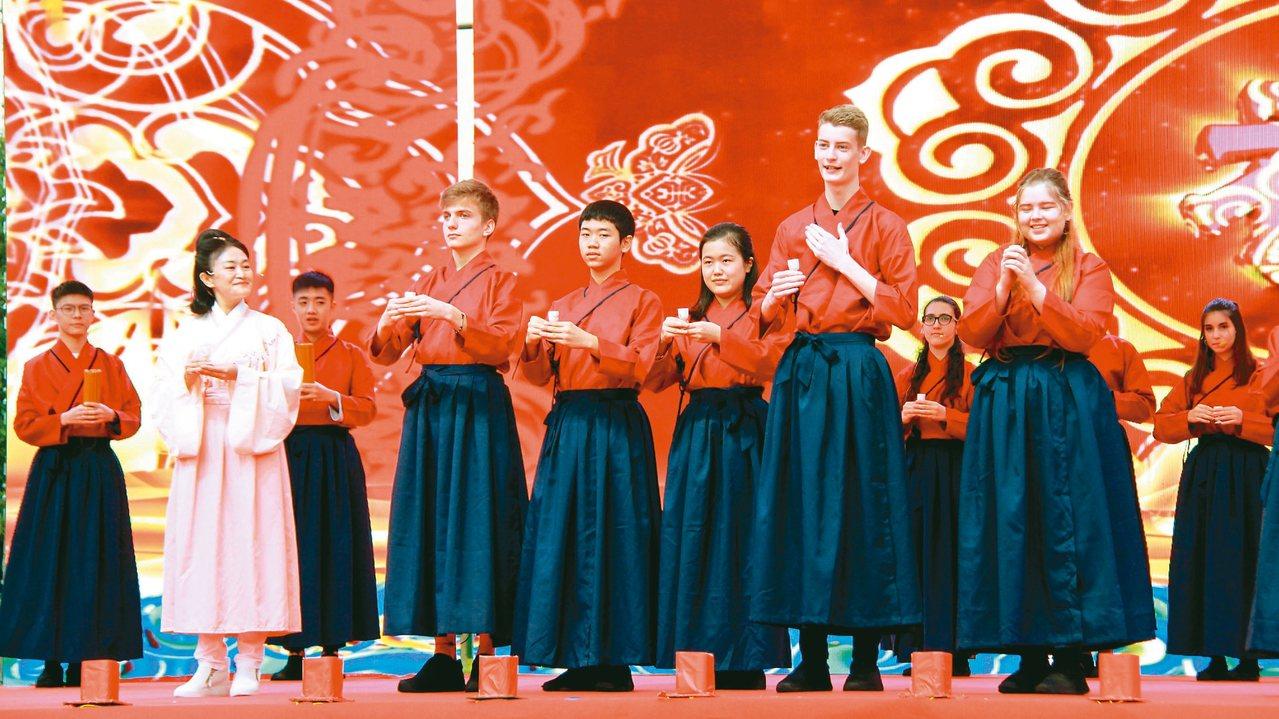 四川省「我們的節日·重陽」主題活動,在四川省德陽市隆重舉行,圖為外國學生吟誦經典...