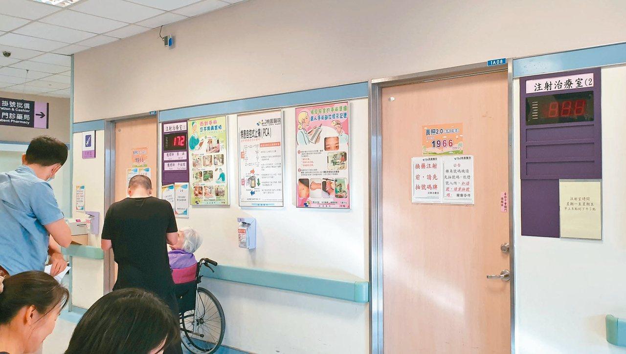雙十節前掛號的病友多,桃園醫院尖峰時段連注射室也要等上一個多小時。 記者鄭國樑/...