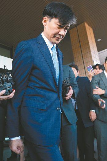 南韓法務部長曹國十四日宣布辭職,隨即離開法務部大樓。 歐新社