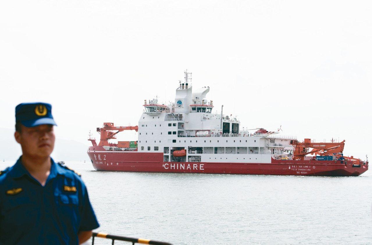 大陸首艘自主建造的極地科學考察破冰船「雪龍2」號13日抵達深圳,10月15日下午...