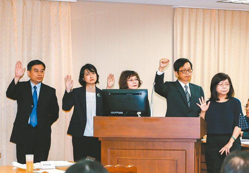 中選會委員被提名人左起為委員蒙志成、林超琦、陳月端、邱昌嶽、黃秀端。 記者曾原信/攝影