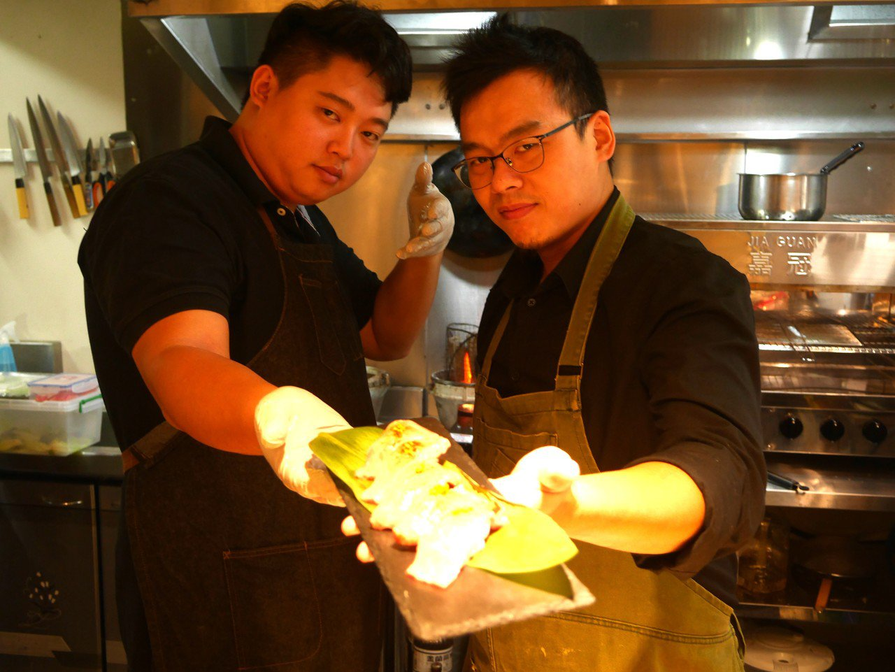 鍾佳融(左)把很會料理基隆海產的張正忠找回來,合作開店,和牛加鮮魚碰出奇妙火花。...