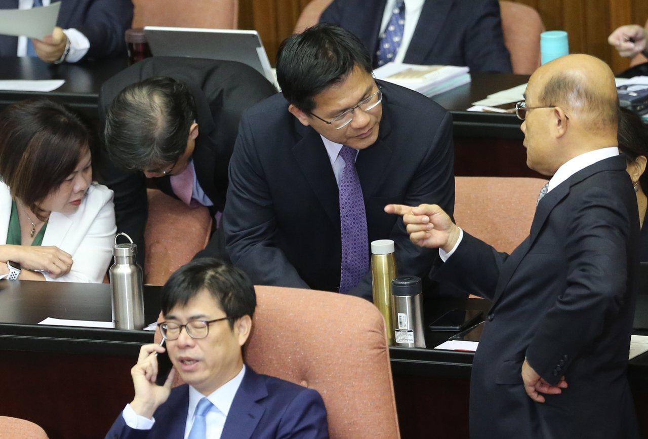 針對外送員意外頻傳,行政院長蘇貞昌(右)上午到立法院備詢,表示勞委會應對勞動條件...