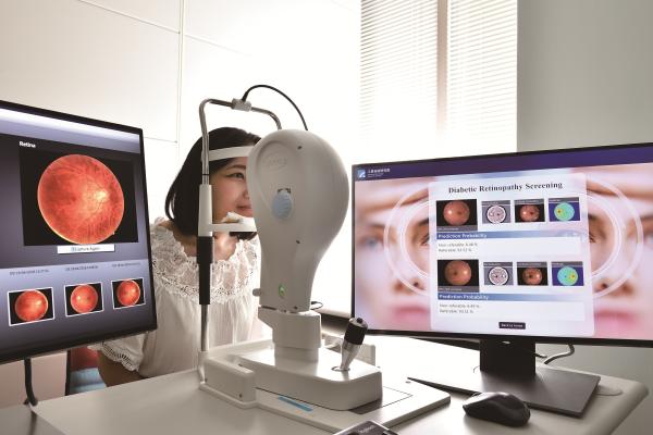 「糖尿病視網膜病變分析技術」藉AI判讀出主要病徵位置,並提供病變分級資訊。圖片來...
