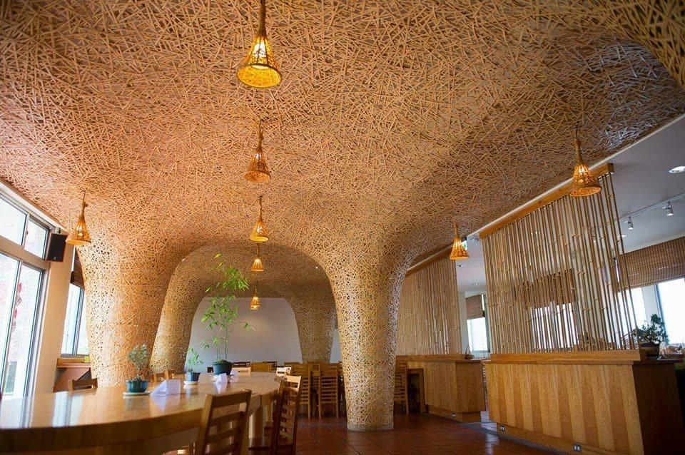 舊車站二樓改造成鳥巢式餐廳,且配合時令與在地農產推出菜色。圖片來源:小鎮文創股份...