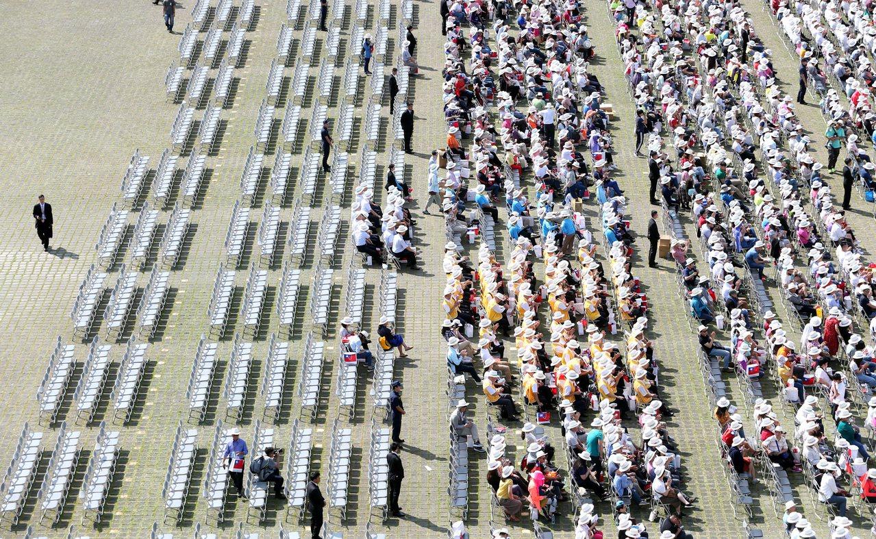 雙十國慶大會來賓席顯得空蕩蕩。記者侯永全/攝影