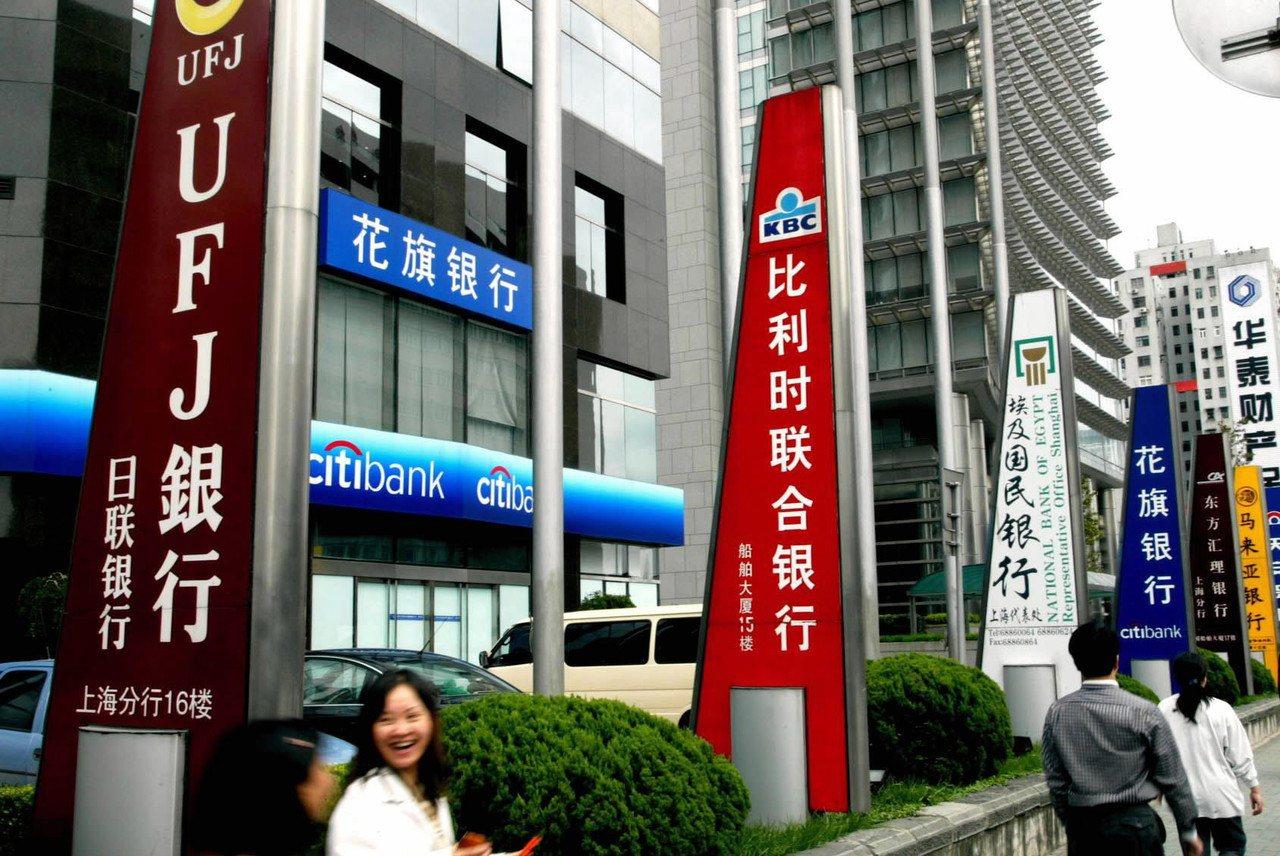 中國大陸15日公布,放開外資銀行定期存款門檻從每筆人民幣100萬元降至50萬元。...