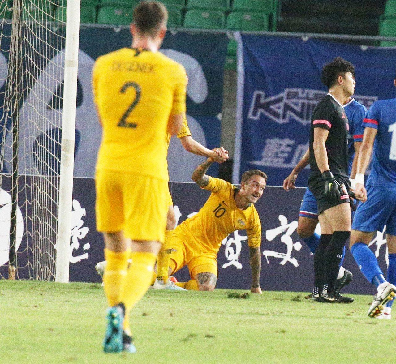 澳洲塔加特(左二)上半場就攻進2球。記者劉學聖/攝影